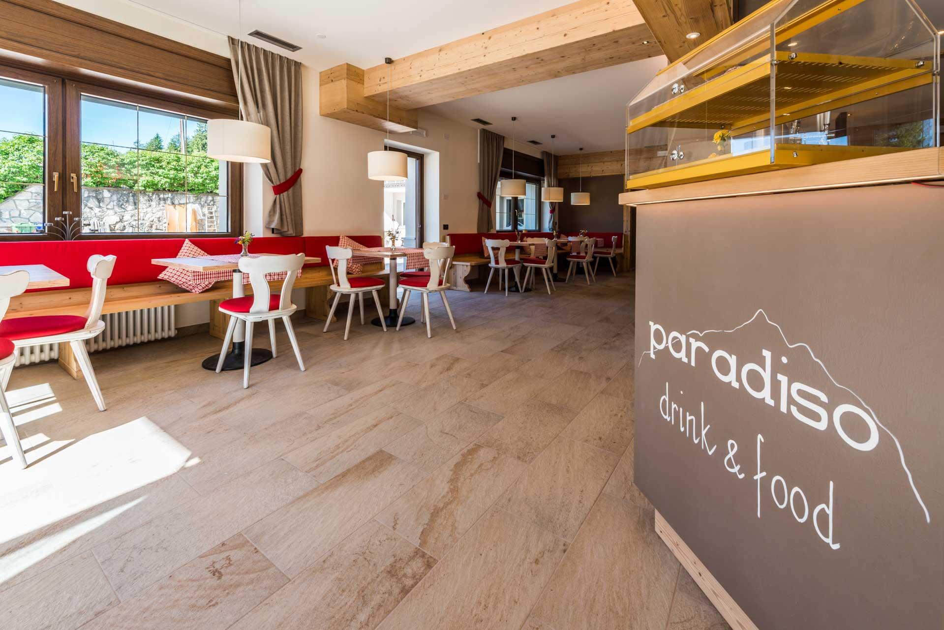 Il bar dell'Hotel Paradiso in val di Non