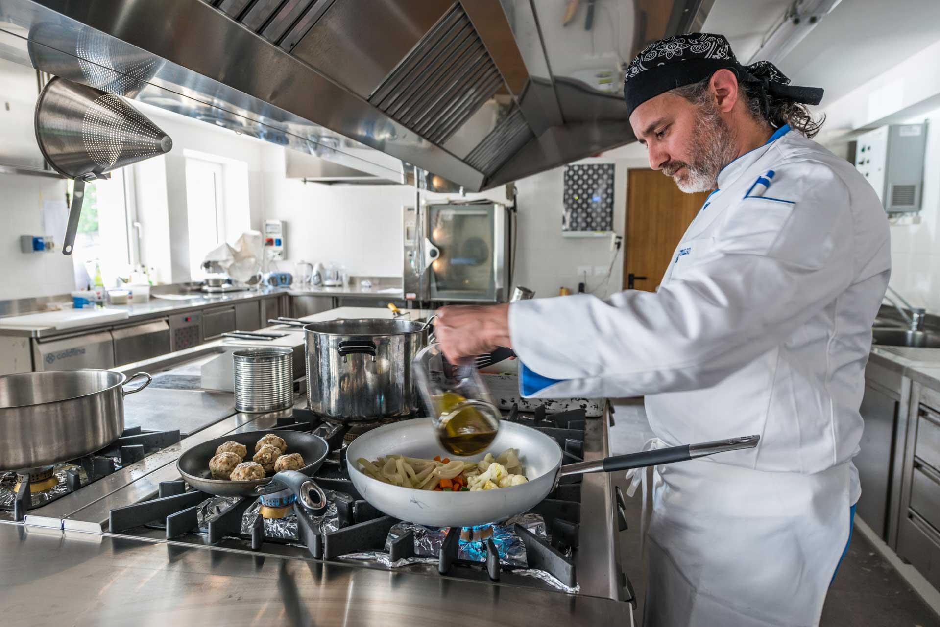 Chef Tommaso ai fornelli dell'Hotel Paradiso